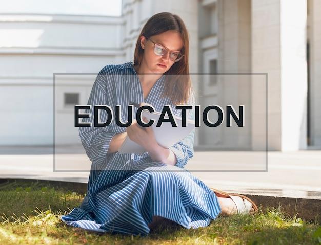 Edukacja słowo nad zdjęciem z kobietą studiującą na zewnątrz