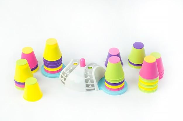 Edukacyjna zabawka dla dzieci rozwijająca uważność i szybkość reakcji, na białym tle.