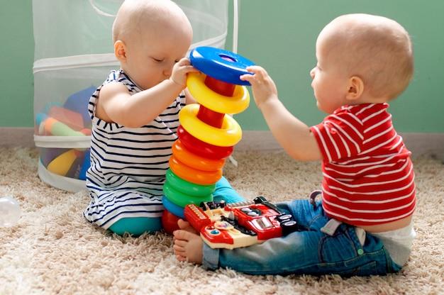 Edukacyjne zabawki logiczne dla dzieci. dziecko zbiera kolorową piramidę. gry dla rozwoju dziecka.