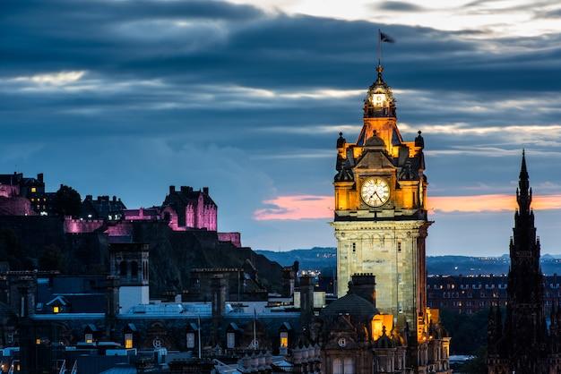 Edynburg miasto linia horyzontu przy nocą, szkocja