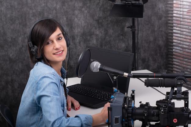 Edytor wideo młoda kobieta pracuje w studiu