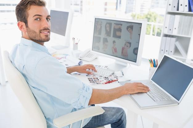 Edytor zdjęć męskich pracujących na komputerze