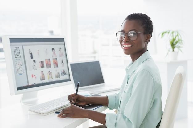 Edytor zdjęć pracuje przy biurku