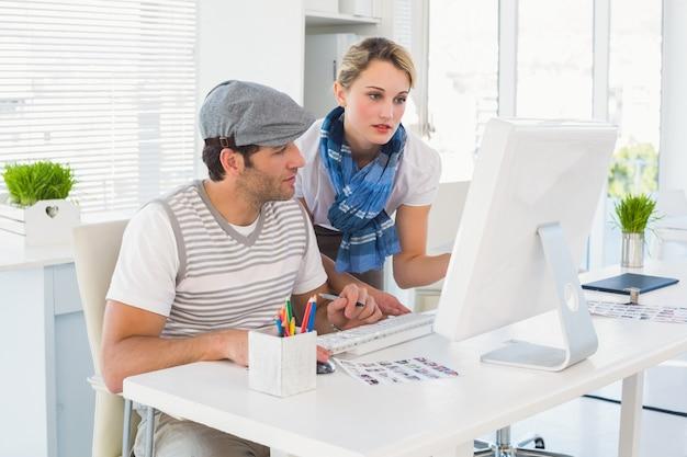 Edytor zdjęć wybierając zdjęcia na ekranie komputera