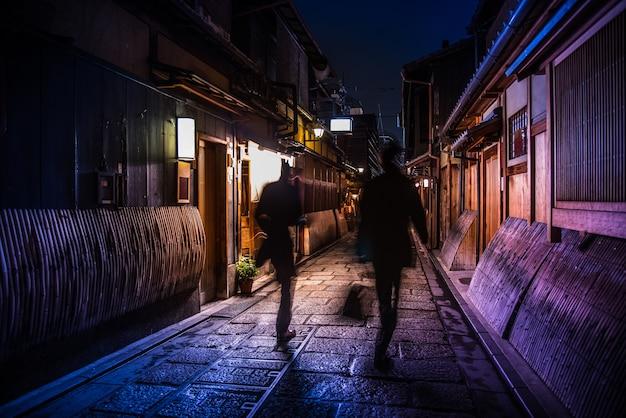 Edytuj odcień koloru, japoński mężczyzna pensja chodzenie do restauracji izakaya na relaks i drinka po pracy