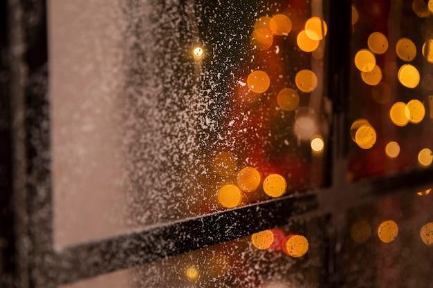 Efekt bokeh na oknie ze śniegiem