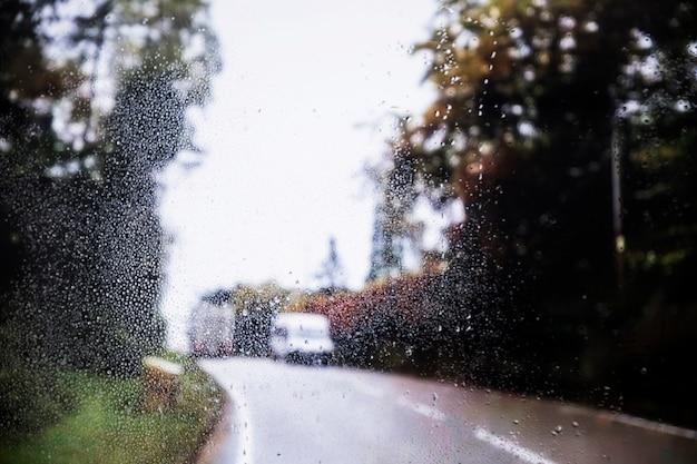 Efekt deszczu na tle drogi