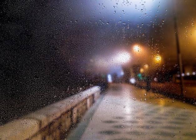 Efekt deszczu na tle plaży