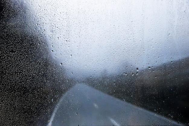 Efekt deszczu na tle przyrody