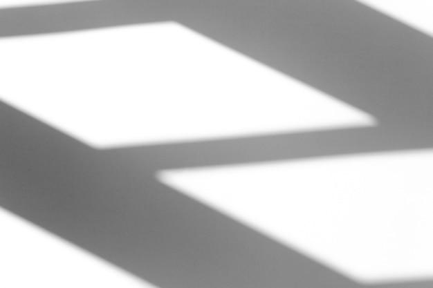 Efekt nakładki cienia. geometryczny cień z okna lub drzwi na białej czystej ścianie przy dobrej pogodzie. cień kompozycji geometrycznej