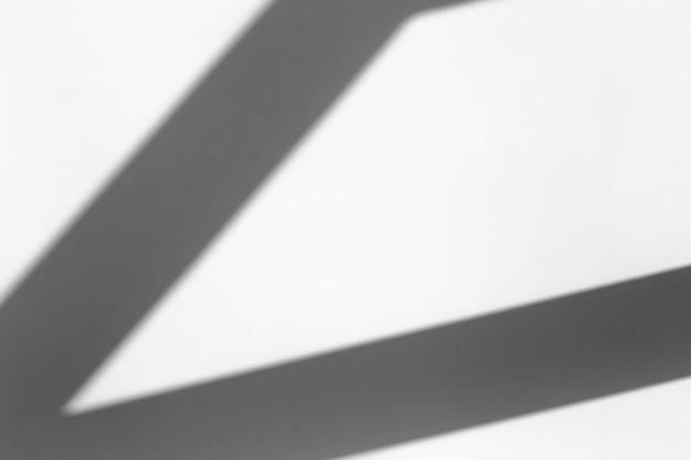 Efekt nakładki cienia. geometryczny cień z okna lub drzwi na białej czystej ścianie przy dobrej pogodzie.