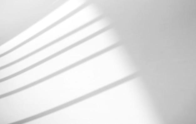 Efekt naturalnego cienia okna na białym tle tekstury, do nakładki na prezentację produktu, tło i makietę, koncepcja sezonowa lato