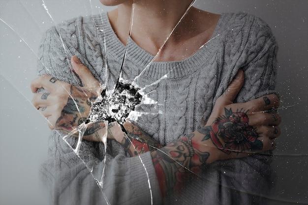 Efekt pękniętego szkła z przygnębionym tłem kobiety