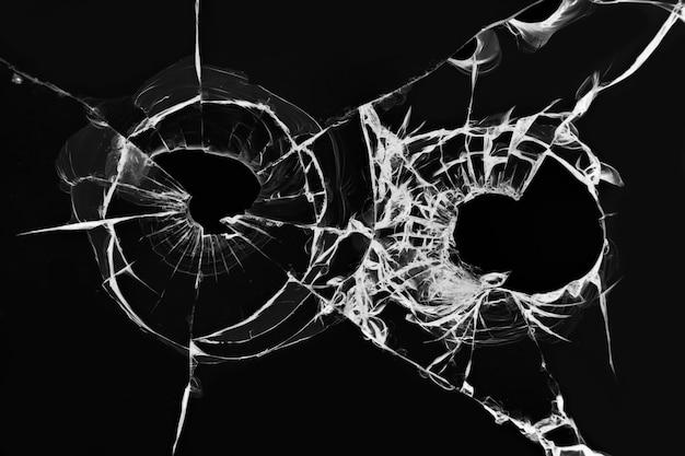 Efekt rozbitego szkła od strzału. ilustracja dziur po kulach pistoletowych w przedniej szybie samochodu na czarnym tle.