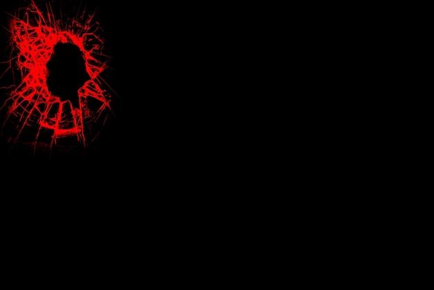 Efekt rozbitego szkła. znak z pocisku. czerwony na czarnym tle.