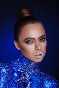 Efektowny portret piękna. piękny makijaż warg. luksusowa kobieta z dżetów na jej ustach