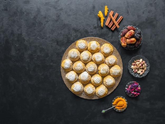 """Egipskie ciasteczka """"kahk el eid"""", odmiana z dodatkiem kurkumy podczas gotowania. ciastka z islamskiej uczty el fitr. ramadan słodycze tło"""