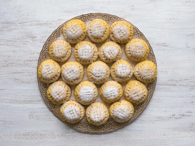"""Egipskie ciasteczka """"kahk el eid"""", odmiana z dodatkiem kurkumy podczas gotowania. ciastka z islamskiej uczty el fitr. słodycze ramadan"""