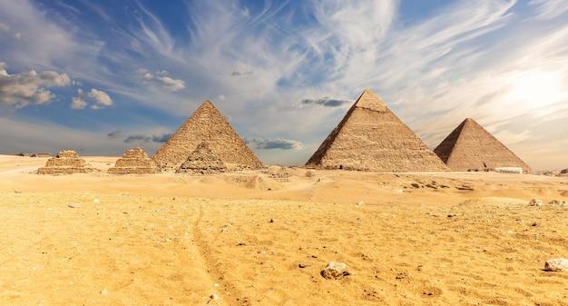 Egipt, słynne piramidy w gizie, widok na pustynię.