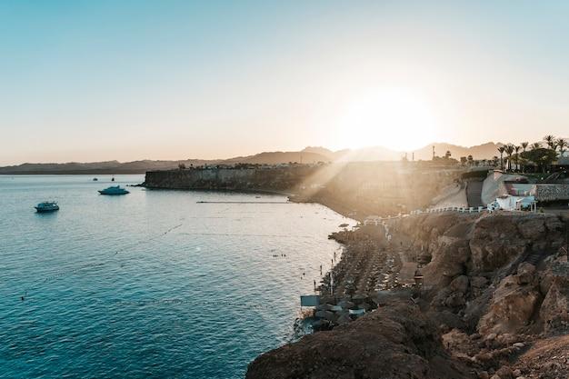Egipt, szarm el-szejk plaże. zachód słońca na wybrzeżu. egipski kurort.
