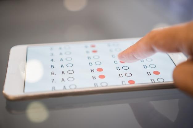 Egzamin e-learningowy lub nauka online dla studentów w smartfonie