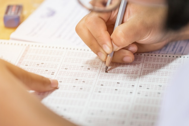 Egzamin pisemny studenta na papierowym arkuszu odpowiedzi