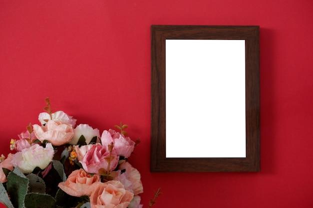 Egzamin próbny drewniana fotografii rama z przestrzenią dla teksta lub obrazka na czerwonym tle i kwiacie.
