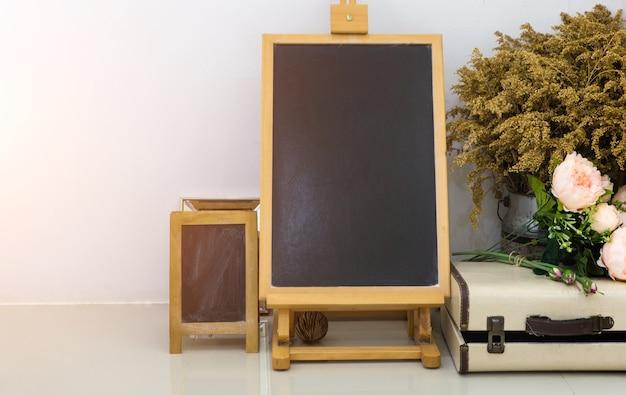Egzamin próbny up pusty chalkboard lub blackboard na biel ścianie i rocznika przedmiocie.