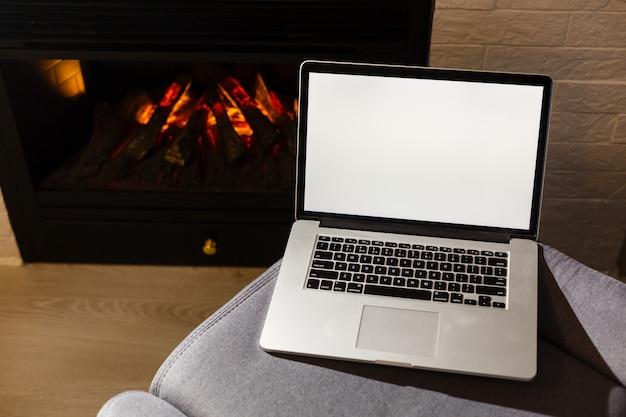 Egzamin próbny w górę wizerunku biznesowego mężczyzna używa i pisać na maszynie na laptopie z pustym bielu ekranem