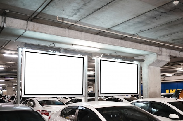 Egzamin próbny z pustej tablicy reklamowej na parkingu
