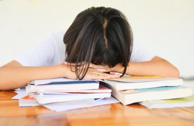 Egzamin stres edukacja młoda kobieta kolegium w klasie notatek siedzi nauka zestresowany student
