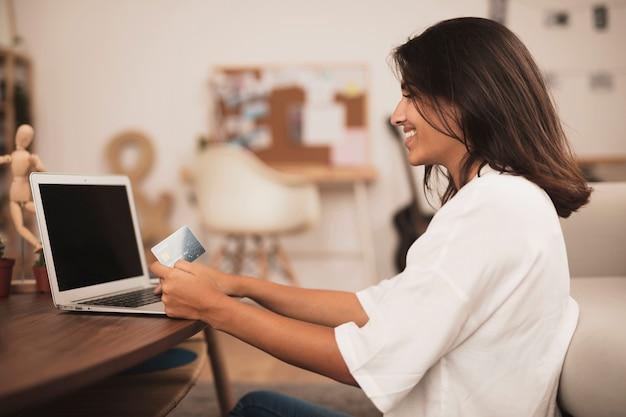 Egzamin z boku kobiety pracującej na laptopie