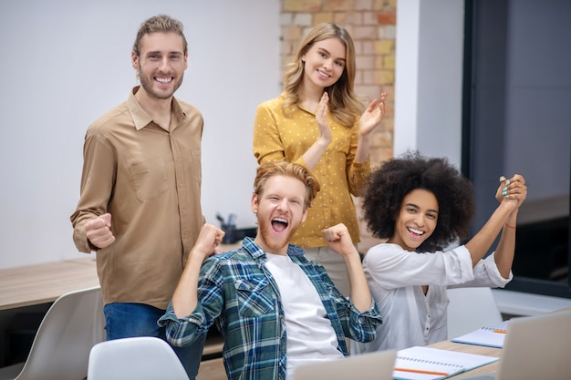Egzamin zdany. grupa uczniów siedzących w klasie i wyglądających na szczęśliwych