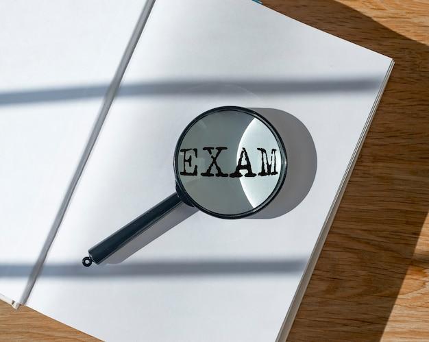 Egzaminuj słowo na czystym papierze książkowym i szkle powiększającym