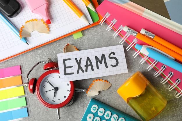 Egzaminy z napisów i inne stacjonarne na szarej powierzchni, widok z góry