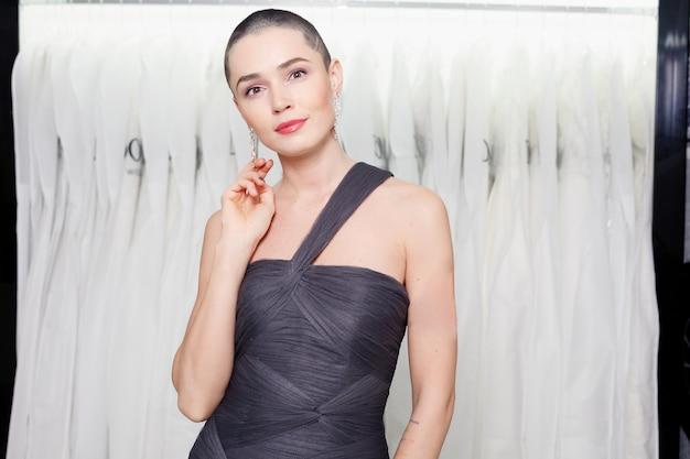 Egzotyczna kobieta z krótkimi włosami, portret w stylu urody. moda dziewczyna pozuje w sklepie odzieżowym