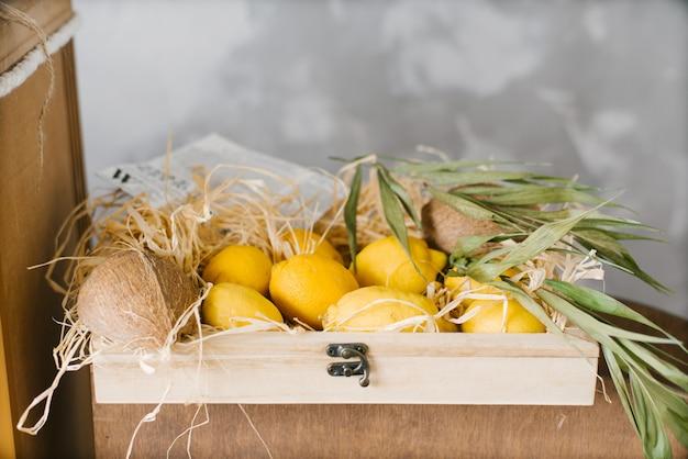 Egzotyczne cytryny owocowe w drewnianym pudełku. skopiuj miejsce