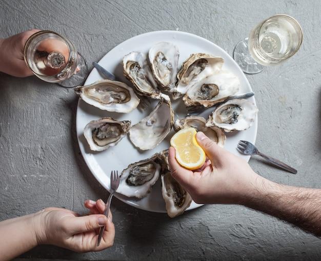 Egzotyczne danie ostrygi z winem
