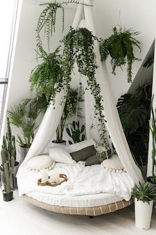 Egzotyczne łóżko. miejsce do spania i odpoczynku. piękny pokój do relaksu. piękna sypialnia