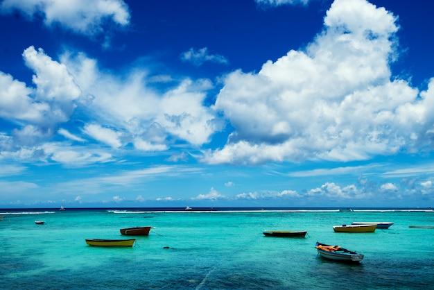 Egzotyczne morze z grupą pustych łodzi.