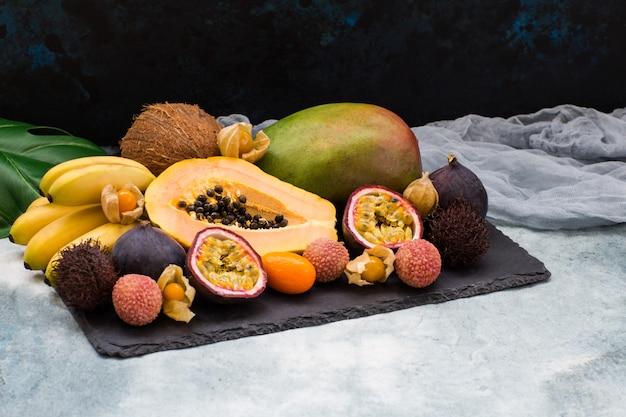 Egzotyczne owoce, liść monstera i ozdobna gaza