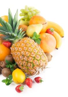 Egzotyczne owoce tropikalne na białym tle
