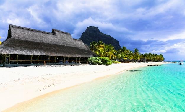 Egzotyczne tropikalne wakacje, wyspa mauritius z białymi plażami. le morne