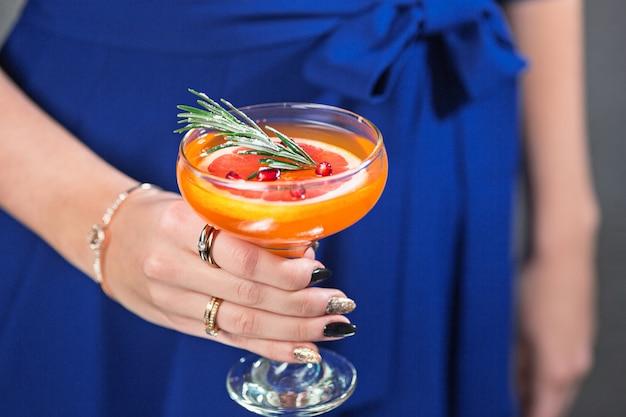 Egzotyczny koktajl i kobiece dłonie