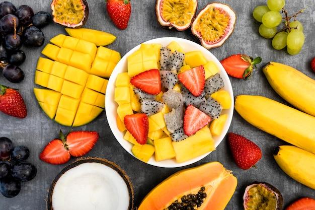 Egzotyczny talerz owoców latem