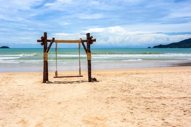Egzotyczny tropikalny raj kołysze się nad krystalicznie czystą turkusową wodą morską oceanu