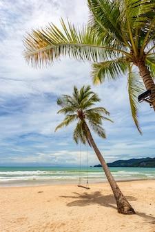 Egzotyczny tropikalny raj kołysze się nad krystalicznie czystym turkusowym oceanem