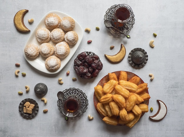 """Eid and ramadan dates sweets - kuchnia arabska. egipskie ciasteczka """"kahk el eid"""" i tureckie desery tulumba. widok z góry."""