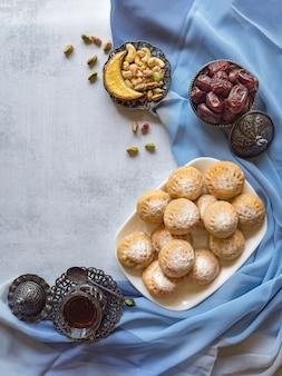 """Eid and ramadan dates sweets - kuchnia arabska. egipskie ciasteczka """"kahk el eid"""". widok z góry."""