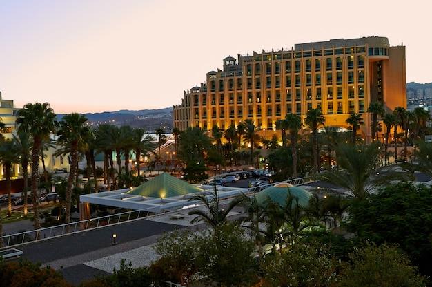 Eilat-israel 8 września 2018 r. widok na zachód słońca na hotele w ejlat